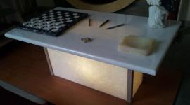 Tavolino da salotto in Marmo Bianco Naxos e angolari in Techniston Starlight Red.