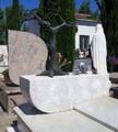 Lapide in Marmo Bianco di Carrara e Albero in Bronzo